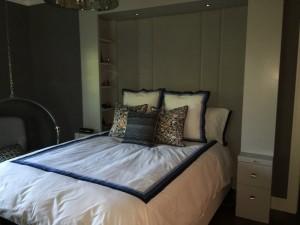 Tête de lit en panneaux verticaux